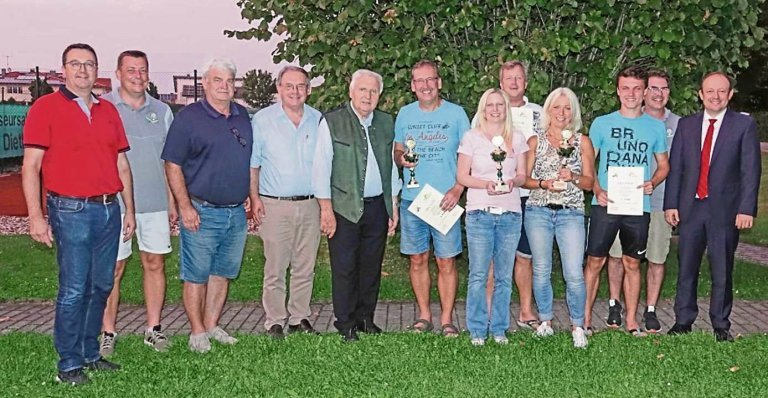 Gruppenfoto mit den Pokalen