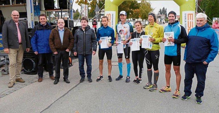Gruppenfoto mit den Siegern des ILE-Gäubodenlaufs