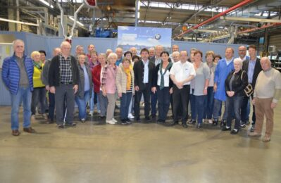 Gruppenfoto mit den Senioren beim Besuch des Boysen-MVO-Werk
