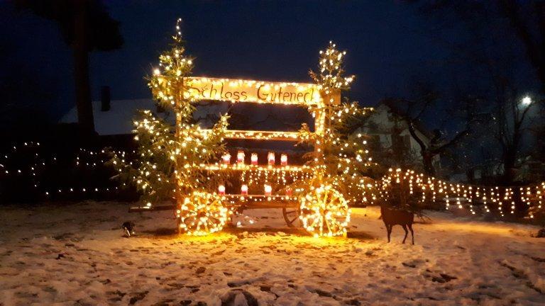 """Schild """"Schloss Guteneck"""" mit Lichterketten"""