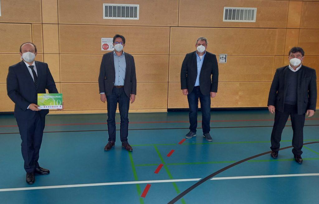 Vorstellung des ILE-Gäubodenscheck im Rahmen einer ILE-Beteiligtenversammlung: (v. l. n. r.) BGM Dr. Christian Hirtreiter, BGM Adalbert Hösl, Thomas Rott als Vertreter der Verwaltung, BGM Alfons Neumeier